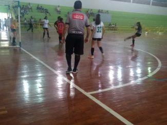Equipes da Escola Estadual Professsor Nelson de Sena dominam futsal feminino nos JEV
